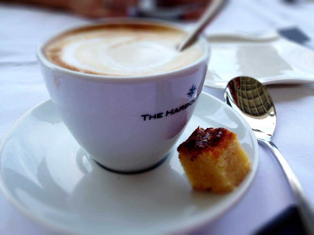 Koffie met een glutenhoudend gebakje