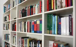 Verslaafd aan boeken. Het zorgt voor een gevulde boekenkast.