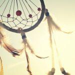 dromenvanger met ondergaande zon erachter