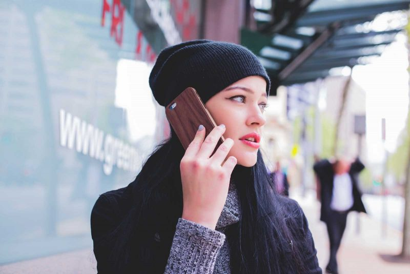 jonge vrouw aan het telefoneren